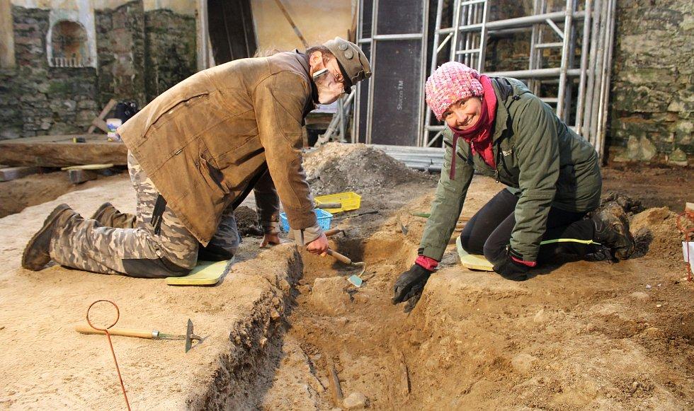 Tomáš Mařík a Jana Krausová, archeologové z Muzea Chodska v Domažlicích, našli v kapli sv. Judy Tadeáše ve Štítarech lidské kosti, jejichž původ sahá do středověku.
