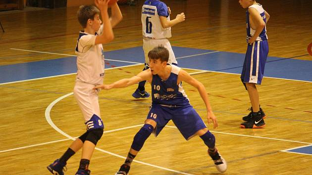 Basketbalisté Domažlic do 14 let (na archivním snímku hráči v bílých dresech) v Praze dvakrát uspěli.