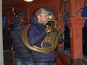 Roráty v podání pětice muzikantů zněly o první adventní neděli z domažlické věže.