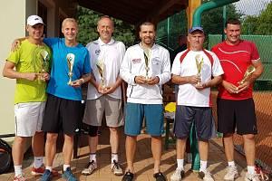 TK Horšovský Týn Cup 2020: Vítězný pár Šaloun / Vaněk uprostřed, vlevo bronzoví bratři Hruškové, vpravo bronzoví Zdychynec s Tiefenbachem.