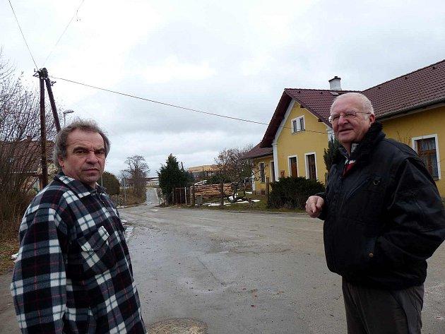 Petici sepsal Jaroslav Holeček (vpravo), podepsal ji kromě jiných i jeho soused Josef Souček.