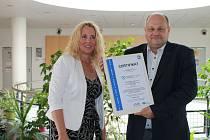 Předání mezinárodního certifikátu kvality řediteli Domažlické nemocnice Petrovi Hubáčkovi.