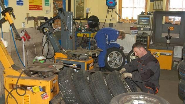O měsíc dříve se plní pneuservisy. Řidiči začali s výměnou zimních pneumatik.