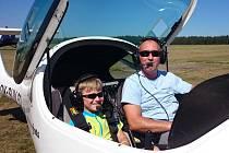 Vítek Hovorka z Holýšova v sobotu absolvoval svůj první vyhlídkový let. S pilotem Dušanem Špirkem  se proletěl v ultralehkém letadle Faeta.