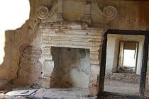 Pohled do interiéru zchátralého zámku Čečovice.
