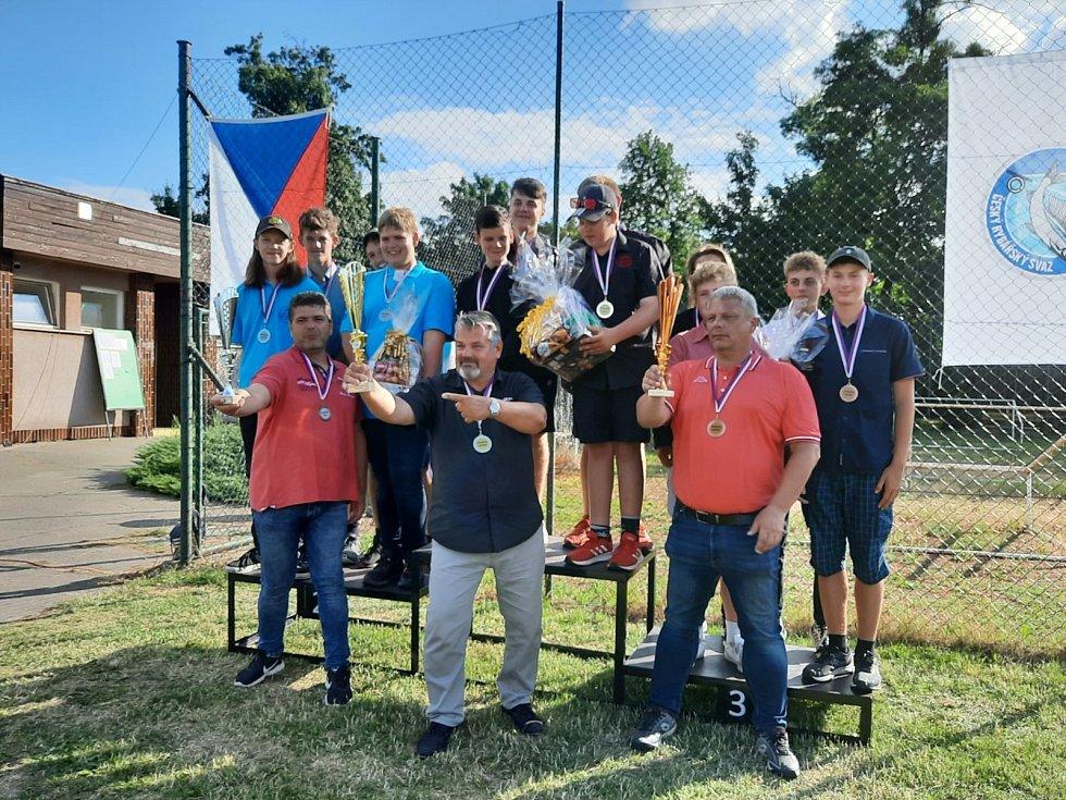Tým západočeských hochů, kteří získali stříbrné medaile na mistrovství ČR v rybolovné technice.