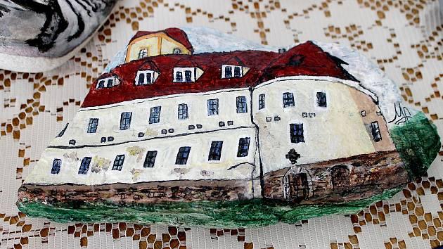 Profesionálové i nadšení laici vytvořili kamenné obrazy, aby podpořili zámek v Poběžovicích a jeho záchranu.