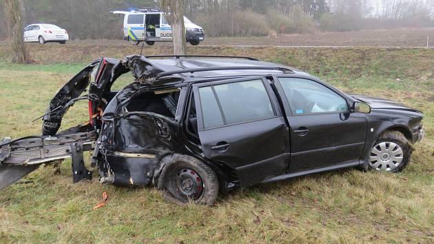 Po nárazu do stromu bylo auto odmrštěno do pole. Škoda na vozidle byla vyčíslena na 60 tisíc korun.