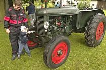 Couvání traktorů s vlekem v Libkově.