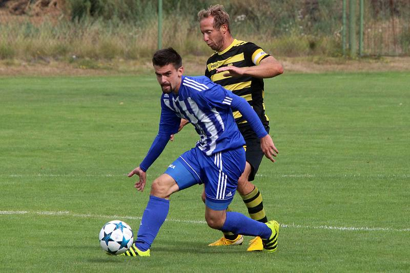 Fotbalisté TJ Jiskra Domažlice B (na archivních snímcích hráči v modrobílých dresech) vybojovali na půdě silných Černic dva body.