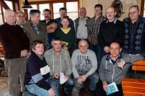 Z výroční schůze ZO ČSV Trhanov. Na závěr se nechali zvěčnit členové výboru společně s revizory a důvěrníky obcí.