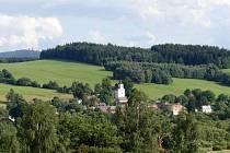 Pohled na Nemanice, vlevo v pozadí Čerchov.