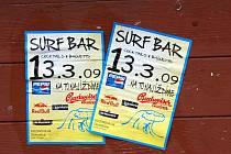 Polepili, co se dalo. S reklamou na znovuotevření restaurace si hlavu nelámali. Tady dřevěné okenice pokladny letního kina.