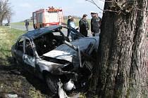 Nehoda u obce Vlkanov na Domažlicku si vyžádala jeden lidský život. V autě po nárazu do stromu uhořel řidič.