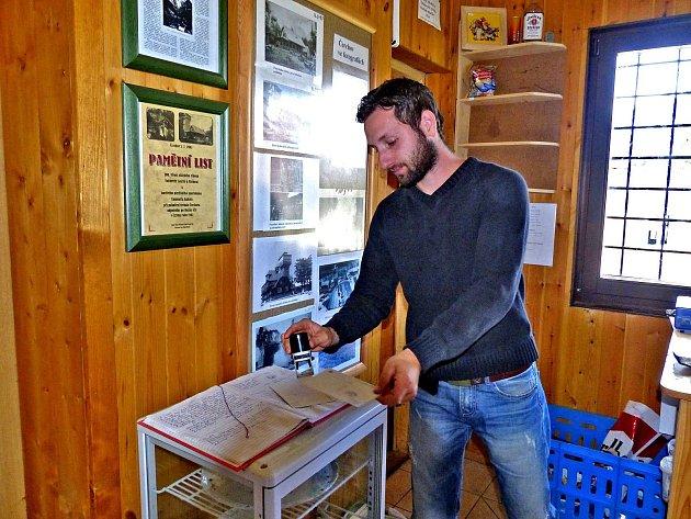 PETR SCHRÖPFER razítkuje pohlednici, která slouží jako vstupenka na Kurzovu věž.