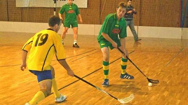 POJĎ SI PRO NĚJ. Na snímku koutský Milan Hutta (v zeleném dresu) při nedávném zápase proti Tlumačovu.