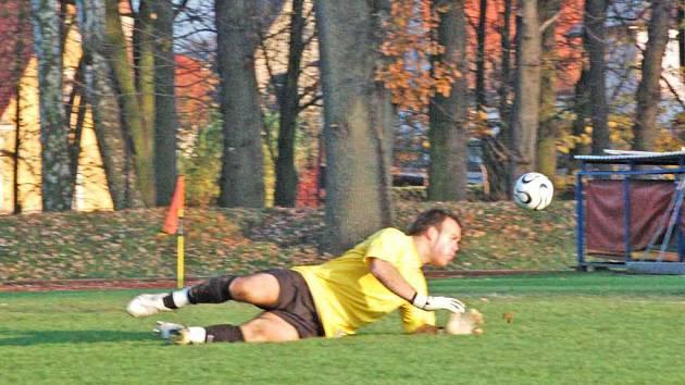 DO BRÁNY NE! Na snímku tachovský brankář Eric Makó, kterého Manowetz v 63. minutě překonal a dal tak třetí, rozhodující gól zápasu