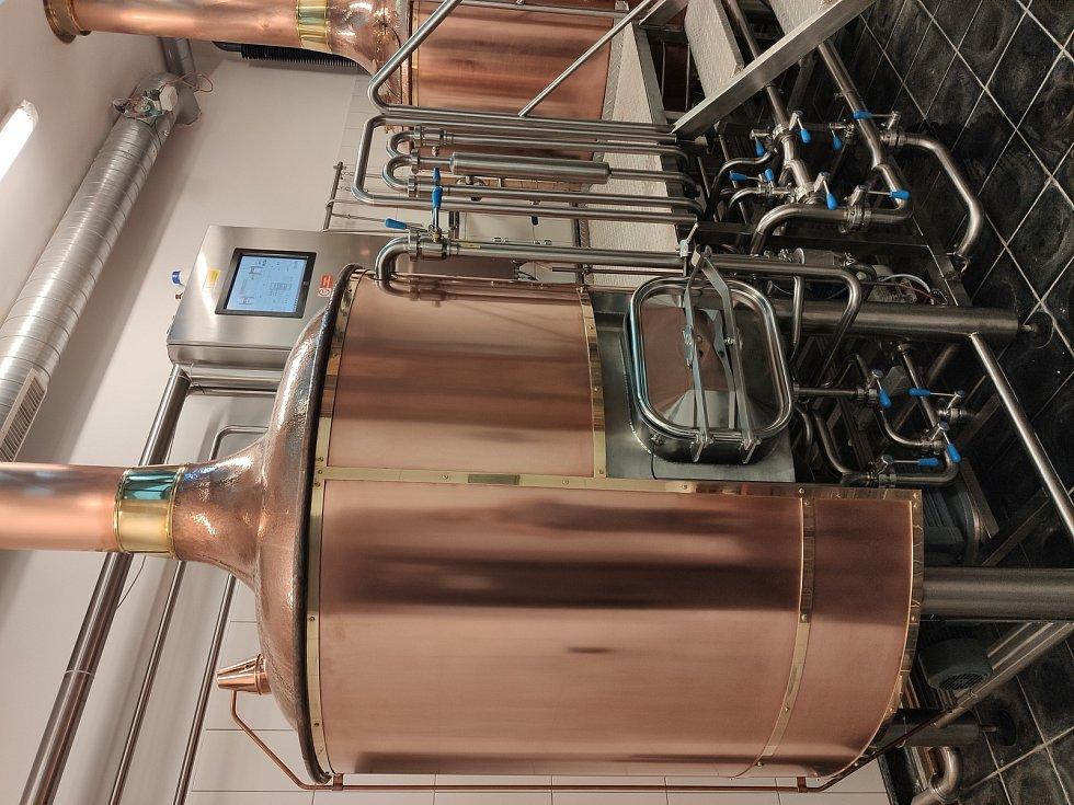 Sládková domažlického pivovaru Janu Müllerová  připravila s kolegy speciální várku piva. Jde o Kopřivovou dvanáctku. Foto: archiv pivovaru