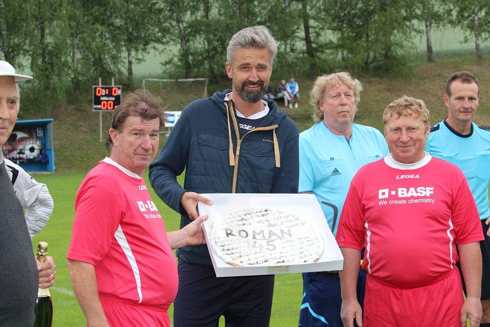 Předloni dostal při utkání hlavní organizátor Roman Zach od místních dort ke svým 45. narozeninám. Foto: Deník/Robert Babor.
