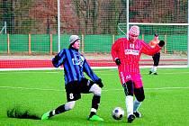 ZÁLOŽNÍK 1.FC HORŠOVSKÝ TÝN JIŘÍ JURKO (na snímku vlevo) v souboji o balon s hráčem soupeře v zápase, v němž s přehledem zvítězil Holýšov 5:1.