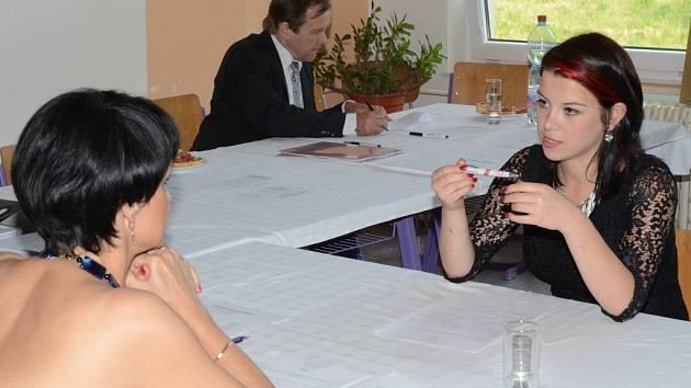 Lucie Císlerová složila  závěrečné zkoušky na samé jedničky a prospěla s vyznamenáním.