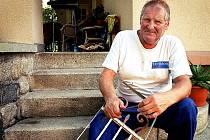Před jednačtyřiceti lety rozezněl Jiří Hronek zvon na protest proti okupaci. Dnes věnuje svůj volný čas zejména svému domu a zahradě.