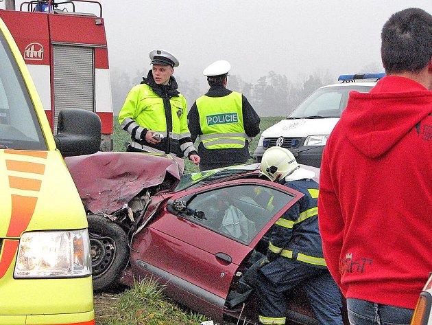 Dvě auta skončila v příkopech při páteční ranní hodině.