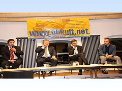 HOVOŘÍ STAROSTA KLENČÍ JAN BOZDĚCH (vlevo). Jeho bavorští kolegové (zleva) Thomas Gesche z Burglengenfeldu a Stephan Oetzinger z Městysu Mantel netelefonují, nýbrž poslouchají simultánní tlumočení. Zcela vpravo starosta Mariánských Lázní Petr Třešňák.