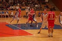 Zápas mezi Basketem Západ a týmem Nybmburku na plzeňské palubovce.