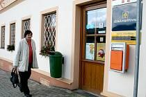 Marta Marková navštěvuje poštu v Poběžovicích. Jako důchodkyni ji otevírací hodiny přiliš netrápí, ví však, že mnoho zaměstnaných lidí se na poštu, která zavírá už v půl páté, nedostane.