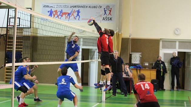 Volejbal Domažlice (v červeném) - SK Prosek Praha (v modrém) 2:3 a 3:0.