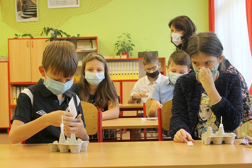 Testování na covid-19 ve čtvrté třídě postřekovské školy.
