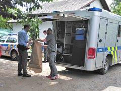 Policisté v Domažlicích zabavují rostliny konopí.