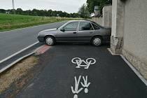Řidiči blokují cyklostezku.