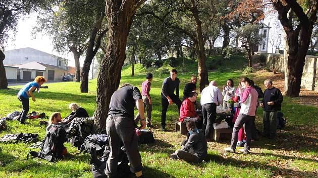 NA SVATOJAKUBSKÉ CESTĚ. Jedna ze zastávek. P. Libor Buček je na snímku druhý zleva u stromu.