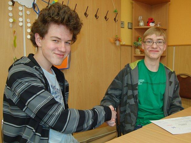 SOUPEŘI Z JEDNÉ LAVICE. Náhoda svedla do jedné třídy domažlického gymnázia úspěšné účastníky okresních kol soutěží Jana Náhlovského (vlevo) a Rostislava Sládka.