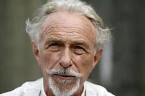 Pierru Richardovi je nyní 76 let.