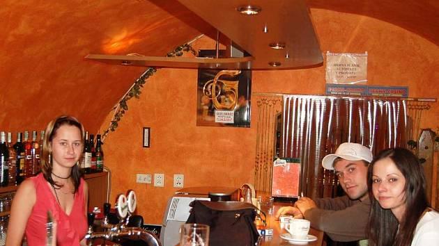 V pohodovém baru. Zleva servírka, host a majitelka baru Veronika Lorencová.