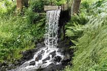Ještě před opravou potoka-náhonu, nechala Pec opravit hráz rybníka na Mlýnečku, kde má náhon svůj počátek.