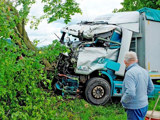 Nehoda nákladních aut u Hostouně.