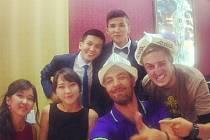 OSTATNÍ ČLENOVÉ VÝPRAVY vyrazili na pozvání spolužáka vedoucího výpravy Jana Suastiky na pravou kyrgyzskou svatbu.