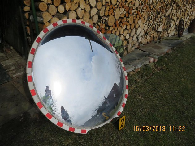 Neznámý řidič poškodil sloup se zrcadlem v Loučimi.