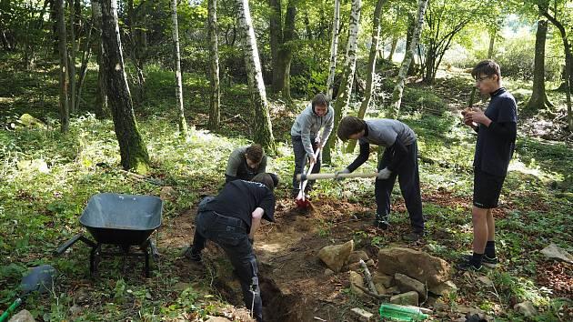 Mladí skauti se pustili do vykopávání pozůstatků kaple svatého Jiří v zaniklé obci Novosedly.