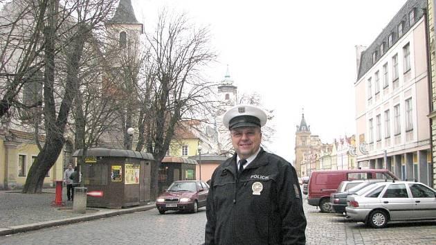 Vedoucí Dopravního inspektorátu v Domažlicích Miroslav Poslední, byť se snaží tvářit vesele, není ze statistik nadšený.