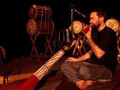 Ondřej Smeykal a jeho didgeridoo.