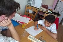 DOUČOVÁNÍ. Na podpoře dětí na Domažlicku se podílejí i dobrovolníci, kterými se může stát kdokoli starší patnácti let. Ilustrační foto.