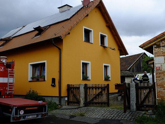 Oheň zničil podkroví  rodinného domku v Tlumačově. Škoda je předběžně odhadnuta na milion korun.