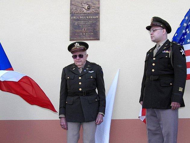 Z odhalení desky americkému pilotovi Virgilu Paulu Kirkhamovi v Újezdě. Marion Kirkham u pamětní desky svého bratra.