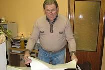 Jan Pejsar přinesl do redakce ukázat mapy.