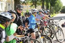 KONTROLE NEUŠLI ani mladí hokejisté, kteří během svého týdenního soustředění najeli na jízdním kole více než dvě stě kilometrů. Protože všichni kluci měli na hlavách  přilby a jejich  kola měla povinnou výbavu v pořádku, dostali od policejní mluvčí  dárky